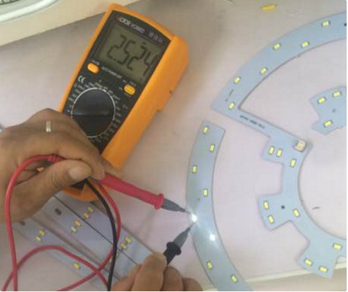 measuring the quality of led lights with multimeter feature 2