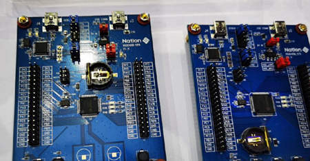 Integrated MCUs use field-oriented and motor control technologies.